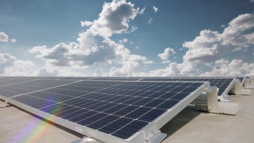 Van új a nap alatt: Győrben adták át Európa legnagyobb, tetőn kialakított napelemparkját