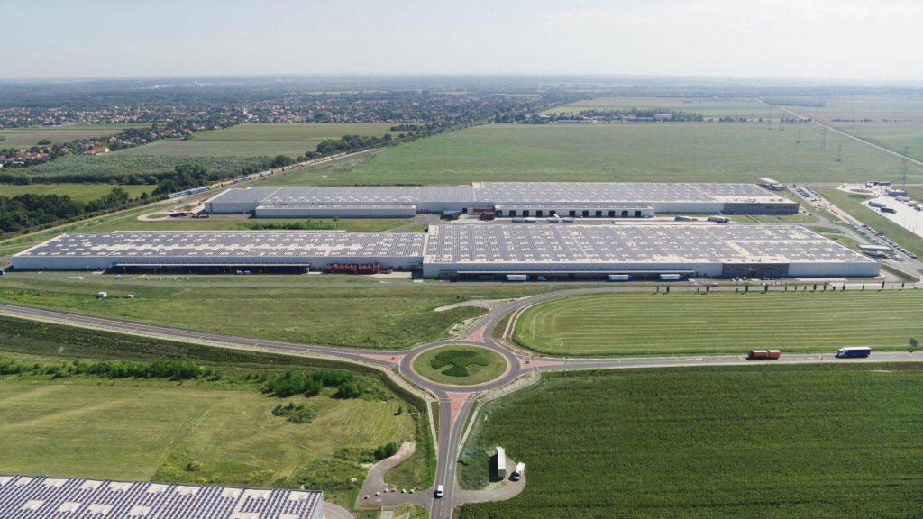A több mint 36 000 napelemből álló napelempark az Audi Hungaria két logisztikai központjának tetején.